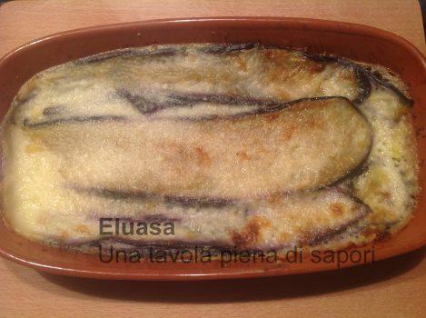 Con besciamella e formaggio caciocavallo. Di origine meridionale, a pasta filata e molto saporito.