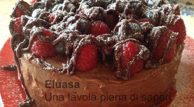 Torta al cioccolato con frutti di bosco.